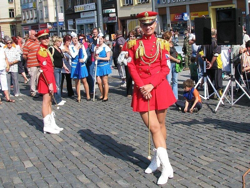 Průvod mažoretek, sborů dechovky, praporečníku a dětí v maskách Ústím nade Labem.