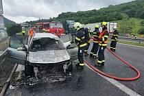 Hasiči zasahují u požáru auta u Řehlovic