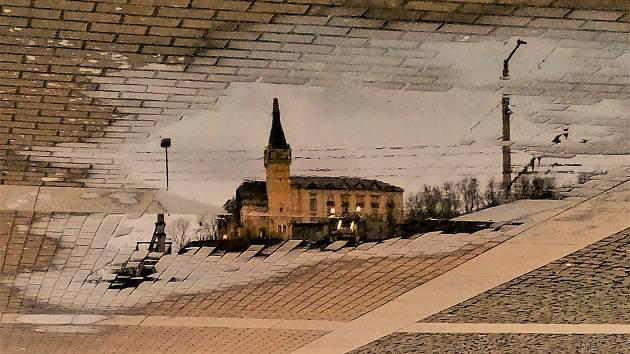 Ústecký fotograf Martin Vodňanský si oblíbil snímky zachycující dominanty města nad Labem v odrazu kaluže. Říká jim loužovky. Na snímku je zámeček Větruše.