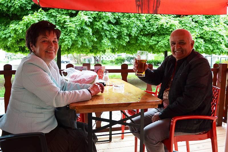 Na snímku Jana Gottová s manželem Jindřichem na předzahráce Restaurace Ve Střední Evropě na Lidickém náměstí.