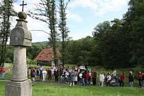Obnovené procesí se za zpěvu barokní písně ke sv. Máří vydalo od mlýna Týniště ke kostelu do Zubrnic.