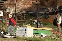 Haldy odpadků a nepotřebných věcí  hyzdily pozemek a dvůr mezi domy v ulici Řeháčkova a Beneše Lounského už loni na podzim, kdy město nechalo vystěhovat rodiny z nebezpečného domu.