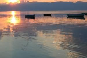 Západ slunce u vesnice Peštani na východním pobřeží Ochridského jezera.