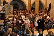 Ústečané se připojili k akci Česko zpívá koledy. Kostel Nanebevzetí Panny Marie zaplnili do posledního místa.