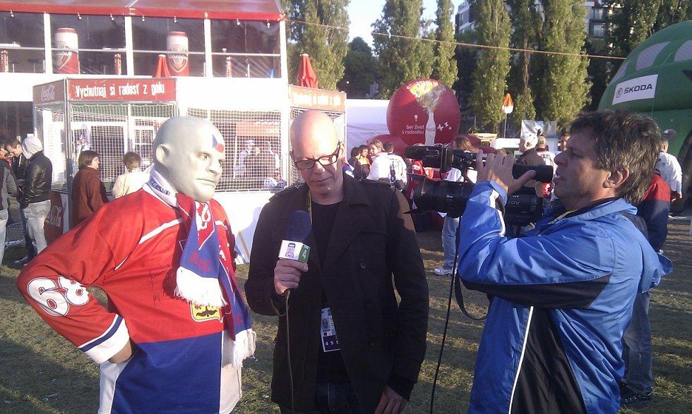 Hokejový Fantomas Vasil Simkovič bývá častým terčem televizních kamer.