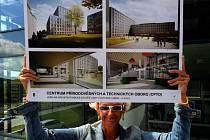 Specifickým požadavkem nové budovy, jejíž vizualizaci ukazuje na snímku mluvčí univerzity Jana Šiková, bylo například osm speciálních výzkumných laboratoří.