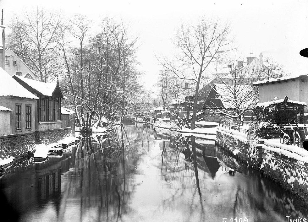 Trmice, směr od ul. Na Poříčí proti proudu u Bělé v zimě kolem r. 1900