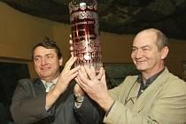 Spolu s hejtmanem Jiřím Šulcem (vlevo) zvedá nad hlavu cenu pro vítěze starosta Doubice na Děčínsku Martin Schulz.