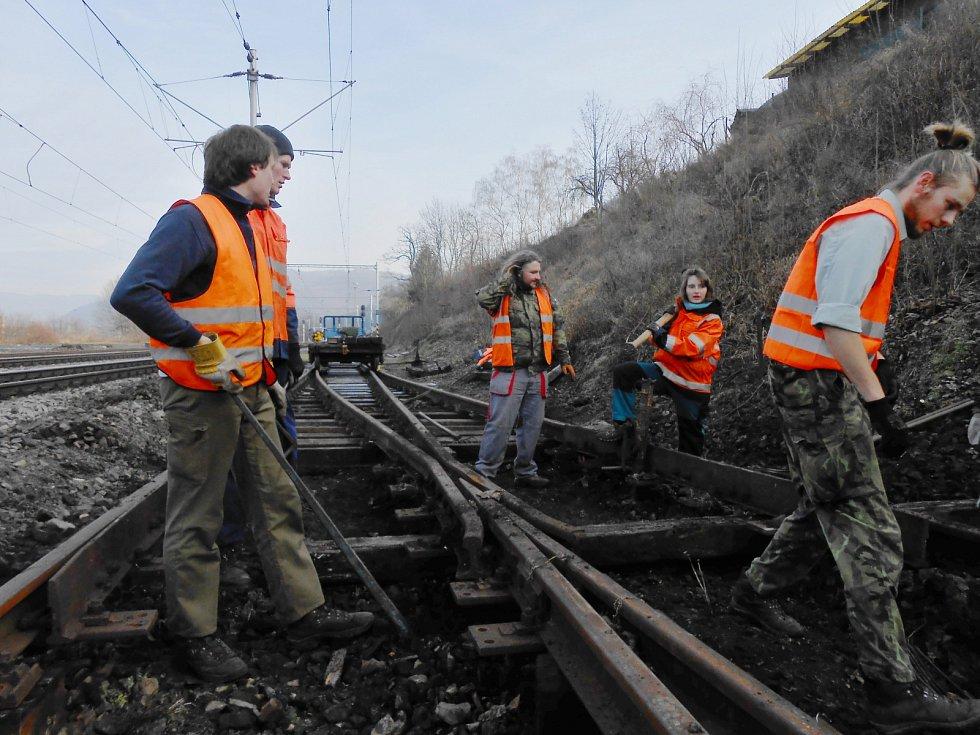 Dobrovolníci opravují nedaleko nádraží ve Velkém Březně výhybku, která byla v havarijním stavu. Pomoct přijeli i bývalí studenti ČVÚT.