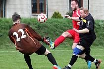 Skorotičtí fotbalisté (červení) podlehli Lokomotivě Děčín (černí) 1:6