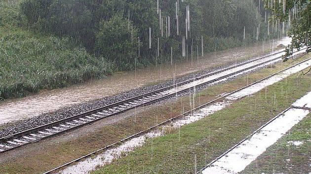 Povodně dne 12.8.2010 zaplavily i koleje v Libouchci