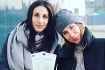 Vlevo Gabriela Hauznerová, vpravo její kolegyně Bára Ryklová.