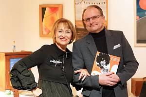 """Na vernisáži Petřiných fotoobrazů se křtila i kniha """"Saxana 70"""". Na snímku sjejím spoluautorem a zároveň nakladatelem Pavlem Mészárosem."""