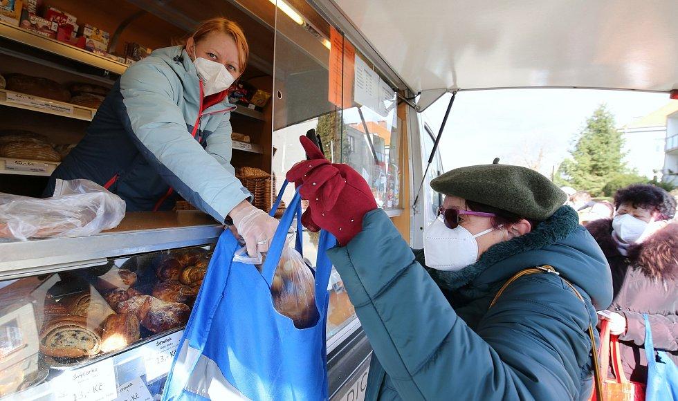 Pojízdná pekárna z Dubí PeDu jezdí po celém kraji a rozváží čerstvé pečivo. V pátek 5. března přijela pojízdná prodejna do Trmic na Ústecku.