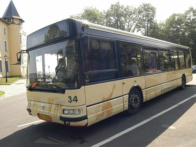Autobus na turistické lince číslo 30 je opatřen celovozovou reklamou