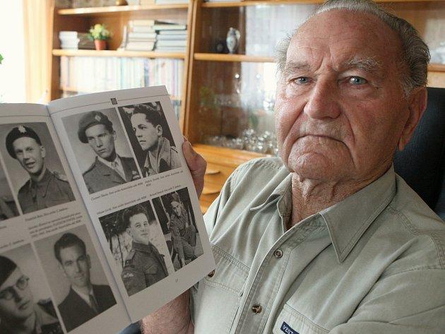 Jaroslav Klemeš s albem fotografií svých kamarádů z války.