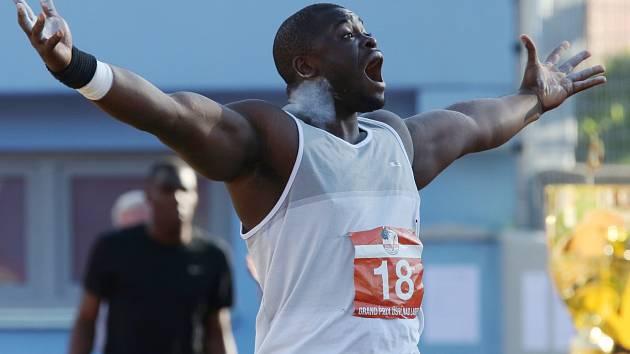 Stephen Mozia v Ústí loni zvítězil výkonem 21,76 metru!