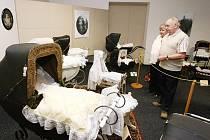 """Od minulého týdne si mohou návštěvníci prohlédnout v Oblastním muzeu v Děčíně unikátní výstavu s názvem """"Kolébky a kočárky"""" ze soukromé sbírky Miloslavy Šormové."""