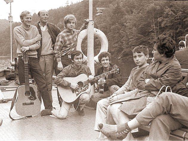 The Strangers točila na Slapech v r. 1971 Československá televize, P. Hořejší s kytarou 1. zprava.