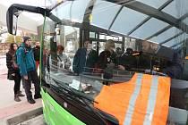 Bezpečnostní vestu na protest proti nízkým platům oblékli někteří řidiči autobusů.