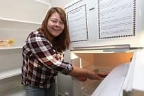 Veřejnou lednici mohou využít studenti vysokoškolských kolejí v přízemí budovy K1, K2 na Klíši. Jako první do ní nepotřebné jídlo, salám a okurku, vložila studentka Monika.