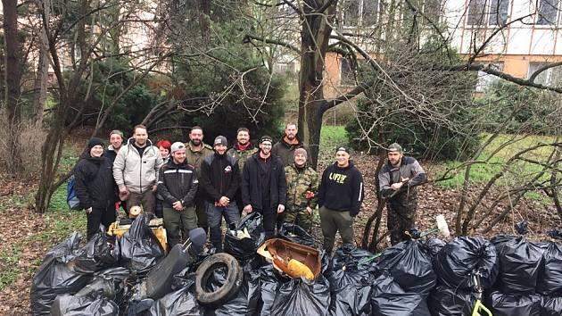 Ústečtí rybáři uklízeli břehy řeky Labe, odpadu bylo hodně
