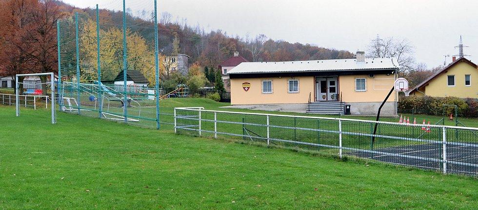 Fotbalové hřiště v Hostovicích je kuriózní sklonem v podélném i příčném směru. Pohled z dolního (nejnižší místo) levého rohu