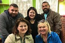 Jana Maláčová (vlevo dole) nocovala u poslankyně Evy Fialové (uprostřed) v sociálně vyloučené lokalitě v Předlicích. Setkali se tady také s několika místními obyvateli.