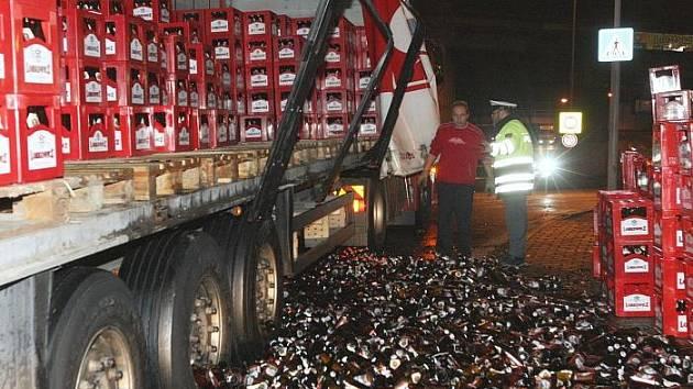 Tisíce lahví s pivem se rozbilo a pivo vyteklo na silnici.