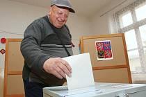 """Jeden z mála voličů, kteří do volební místnosti číslo 16, tedy té, co pod ní spadá romské """"ghetto"""" v Předlicích, přišel včera odpoledne volit. Účast, oproti té první, byla hodně nízká."""