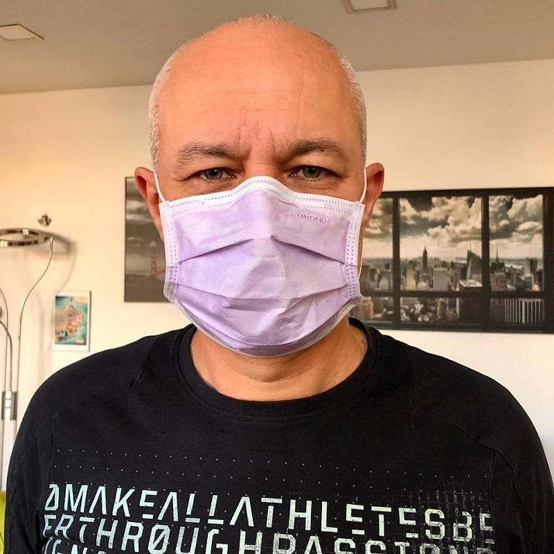 Michal Ševcovic s rouškou.