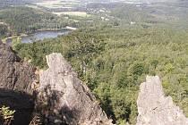 """Z vrcholového skaliska, které končí strmými srázy z """"nosu"""", je jihozápadním směrem pěkný pohled na Chřibskou přehradu"""