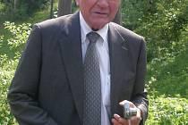 Manfred Swarovski před místem kde stál rodný dům Daniela Swarovského v Jiřetíně pod Bukovou (červen 2009).
