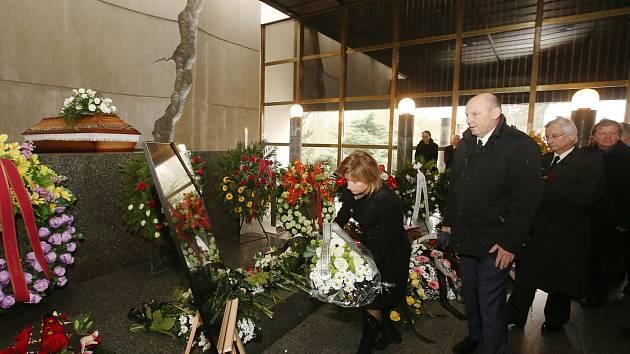 Zhruba tři stovky lidí se přišly rozloučit s předsedkyní Českého statistického úřadu (ČSÚ) Ivou Ritschelovou.