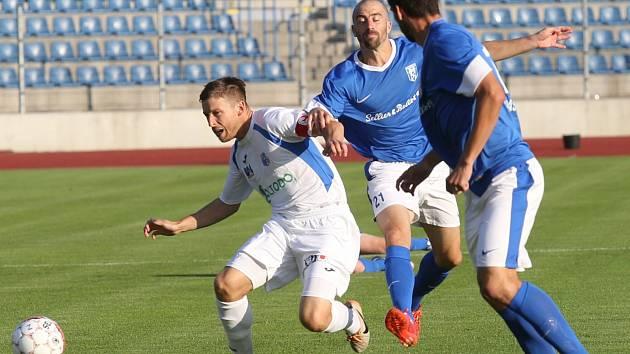 Jan Martykán (vlevo) pomohl týmu výstavní trefou k výhře 3:0 nad Vlašimí.