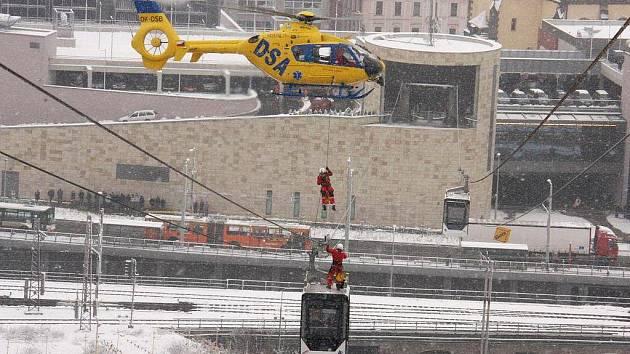 Cvičení záchranných prací na lanovce.