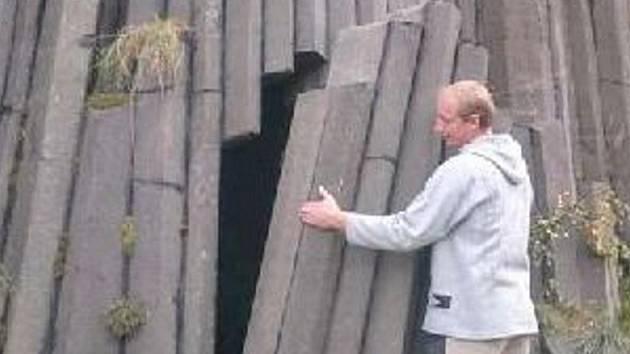 Pro snímek Merlin ve Varhanech přibyl falešný vstup do jeskyně.