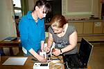 Květa Kolářová ze ZŠ Buzulucká Teplice (vlevo) a Veronika Kuncová ze ZŠ Koperníkova Teplice při práci se soupravou Gamabeta.
