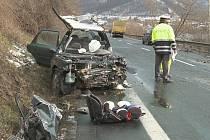K nehodě osobního vozu s kamionem došlo ve čtvrtek kolem 11.00 hodin na silnici I/30 u Dolních Zálezel.