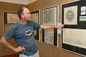 Karel Nepraš před panoramatickými mapami výhledů z Milešovky.