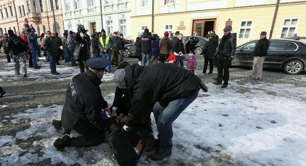 Muže, který na Miloše Zemana neslušně pokřikoval, policisté zadrželi..