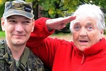 PŘÍSLUŠNÍCI AKTIVNÍCH VOJENSKÝCH ZÁLOH rozdávalI v Domově seniorů v Krásném Březně úsměvy i zajímavé postřehy.
