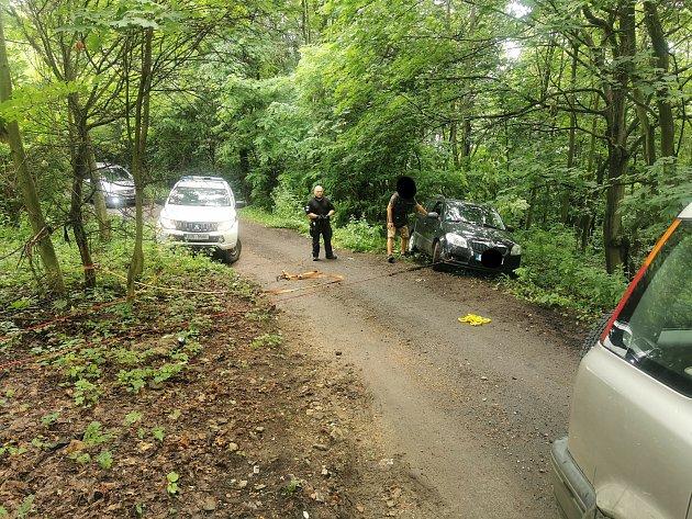 Auto na Střížovickém vrchu mále spadlo do rokle. Řidičce pomohli strážníci