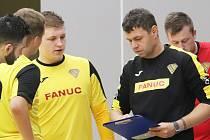 Trenér Martin Dlouhý (v černém) a futsalisté Rapidu, futsalisté Rapidu ilustrační