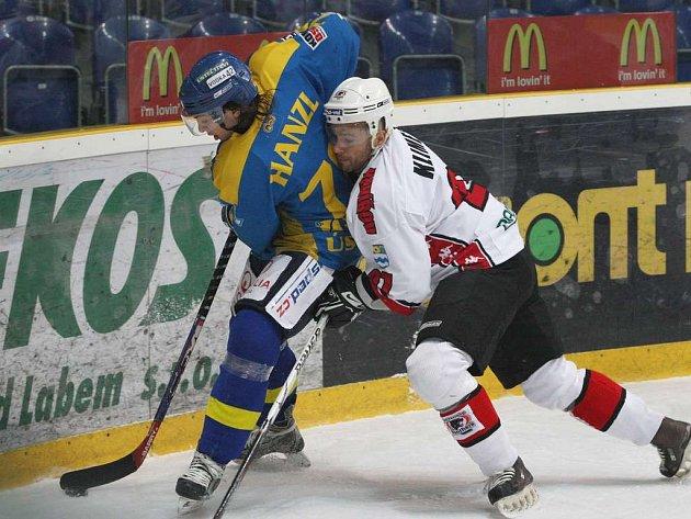 SOUBOJ. V první lize se včera na ústeckém ledě představil Havířov. Na snímku bojuje o puk domácí Hanzl (vlevo).