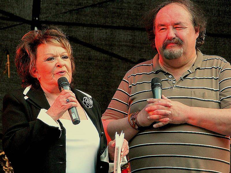 Jiřina Bohdalová a Petr Novotný na ústeckém maratonu Fešáků v letním kině.