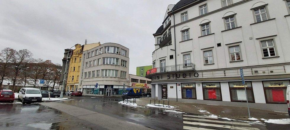 Obvod Střekov v Ústí nad Labem. Činoherní studio, v pozadí funkcionalistický obchodní dům, dnes sídlo ČSSD