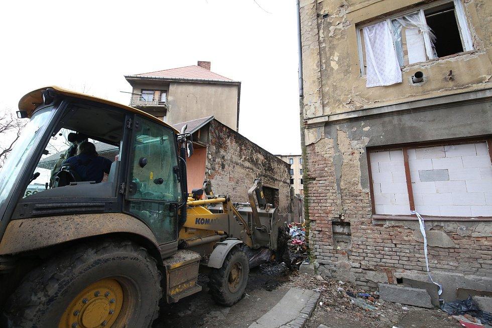 V ústecké Sklářské ulici je už zase nepořádek a soukromá firma, která zde provádí výkopové práce se nabídla, že to znova uklidí.