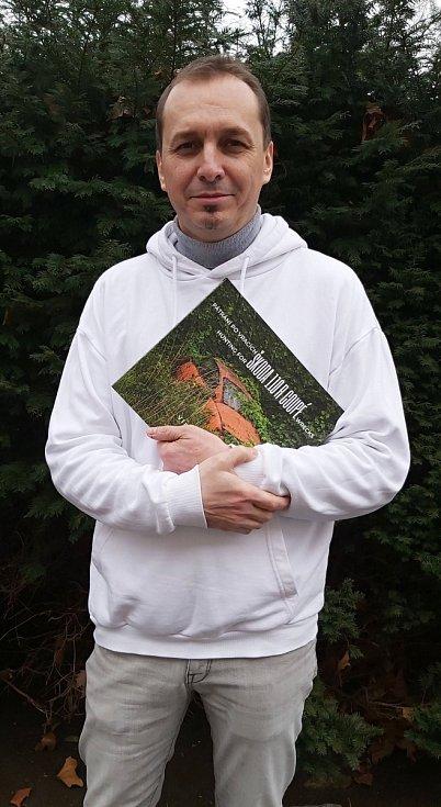 Vladimír Cettl s knihou Pátrání po vracích