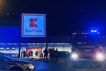 Zásah policejních a hasičských jednotek ve Všebořickém Kauflandu, kde byla nahlášena bomba.
